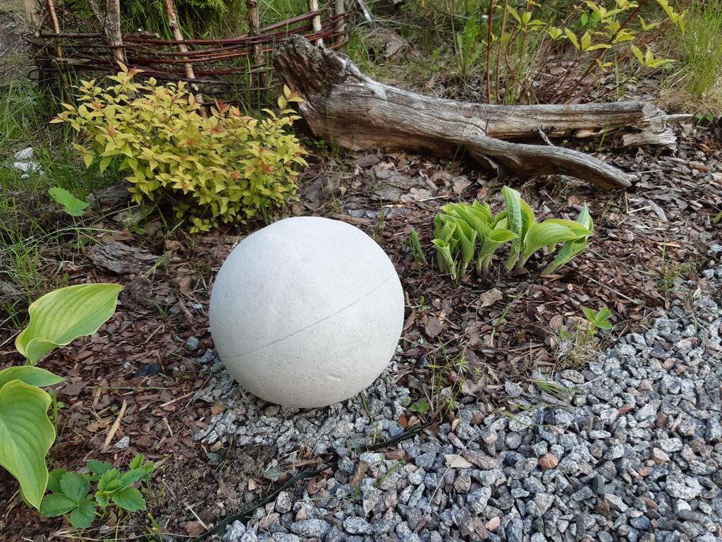 Бетонный шар в саду